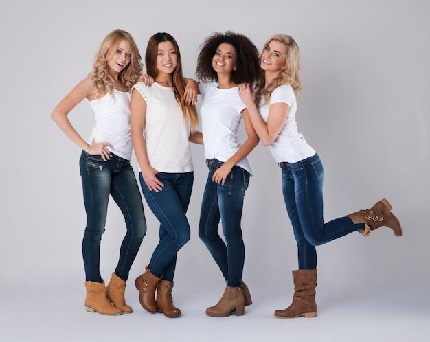 Grupo de mulheres com diferentes nações