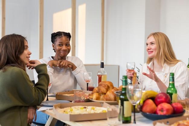 Grupo de mulheres comendo juntos