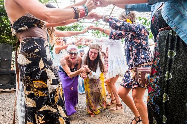 Grupo de mulheres curtindo a festa, comemorando com dança