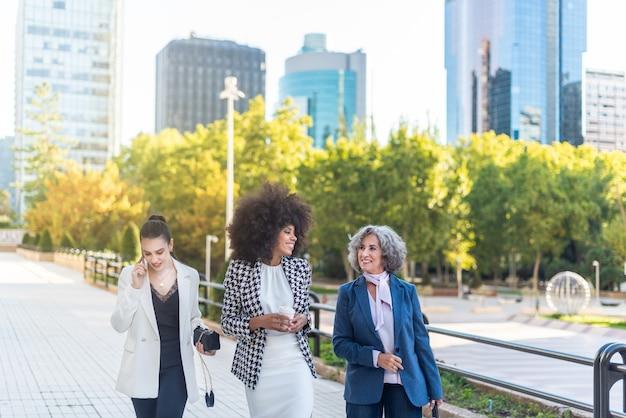 Grupo de mulheres de negócios caminhando pela cidade