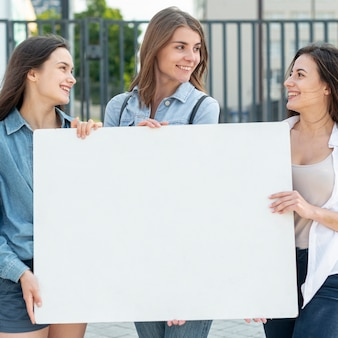 Grupo de mulheres demonstrando juntos