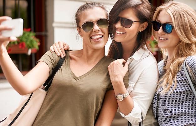 Grupo de mulheres elegantes curtindo na cidade