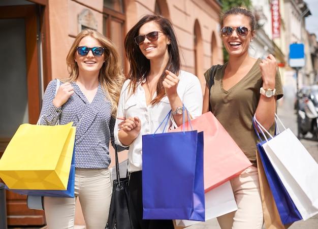 Grupo de mulheres elegantes indo às compras