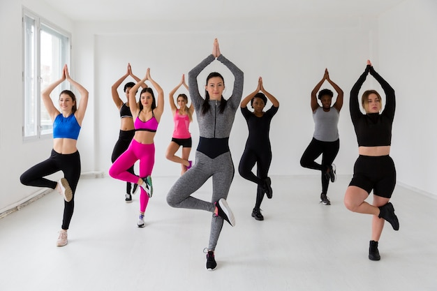 Grupo de mulheres em posição de fitness