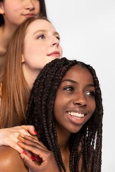 Grupo de mulheres exibindo diferentes tipos de beleza