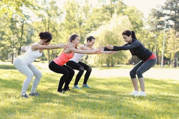 Grupo de mulheres fazendo esportes ao ar livre