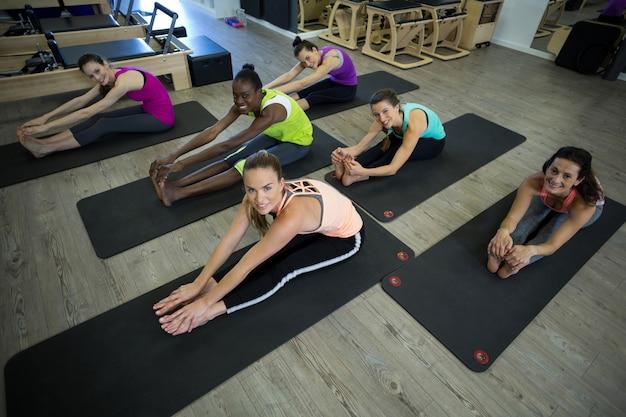 Grupo de mulheres fazendo exercícios de alongamento