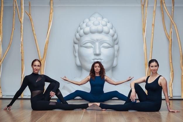 Grupo de mulheres fazendo ioga no estúdio