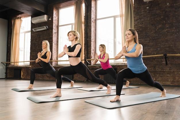 Grupo de mulheres fazendo yoga juntos