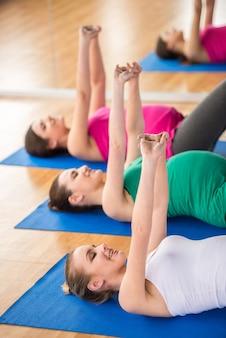 Grupo de mulheres grávidas estão fazendo exercícios de relaxamento.