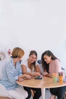 Grupo de mulheres independentes que trabalham com jogos de memória para crianças