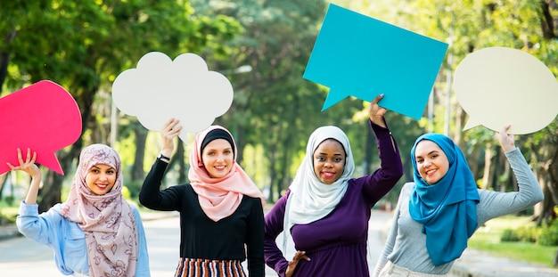 Grupo de mulheres islâmicas segurando balões de fala