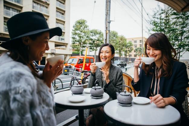 Grupo de mulheres japonesas, passar um tempo em tóquio