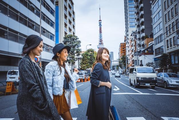 Grupo de mulheres japonesas que passam um tempo em tóquio, fazendo compras em diferentes áreas da cidade
