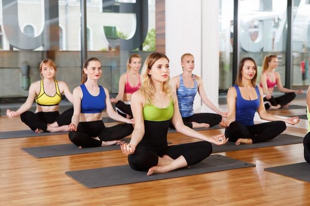 Grupo de mulheres jovens na aula de ioga
