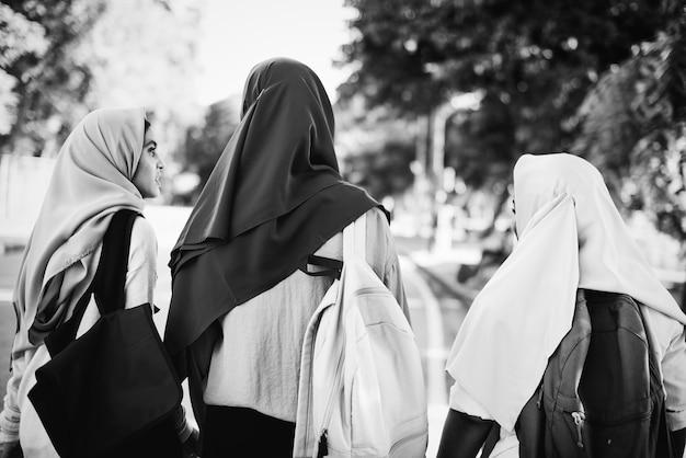 Grupo de mulheres muçulmanas tendo um grande momento