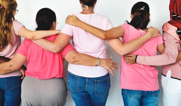 Grupo de mulheres multiétnicas usam camisa rosa