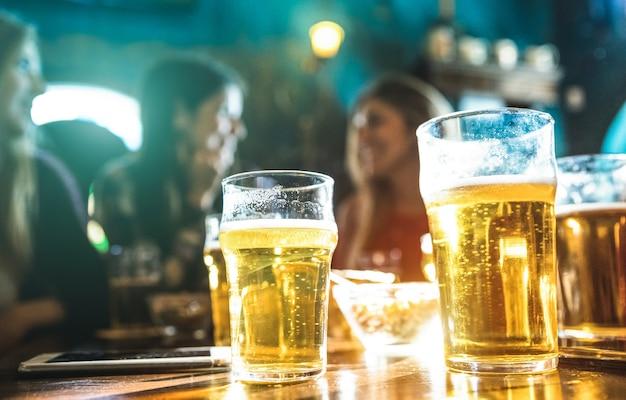 Grupo de mulheres namoradas felizes bebendo cerveja no bar restaurante da cervejaria