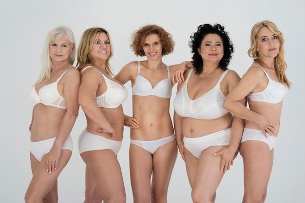 Grupo de mulheres naturais em lingerie clássica