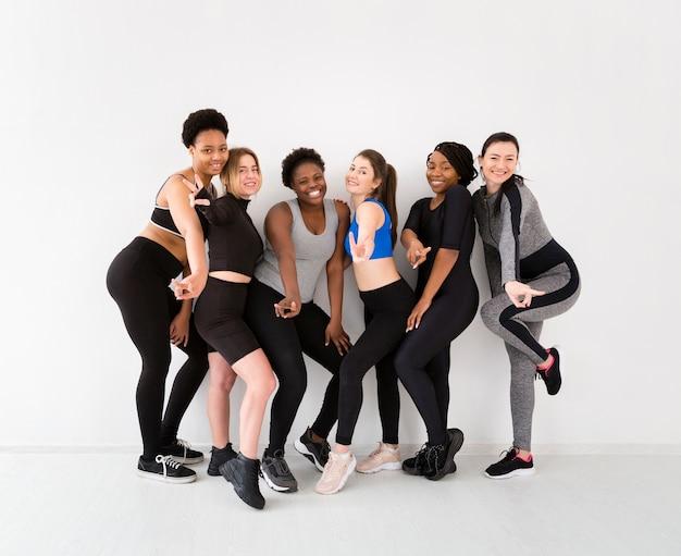 Grupo de mulheres posando após aula de fitness