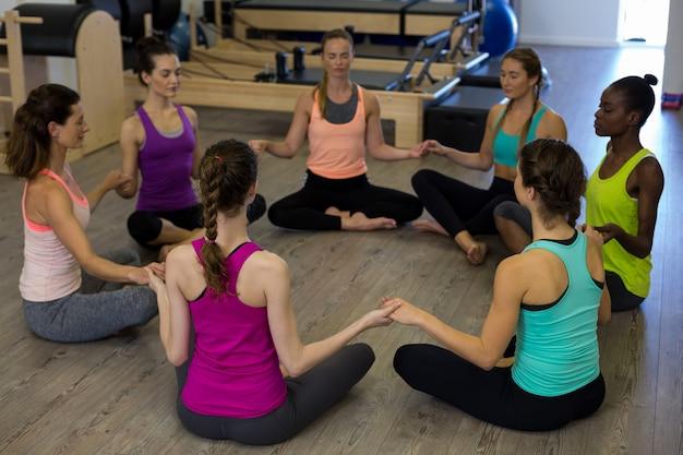 Grupo de mulheres praticando ioga