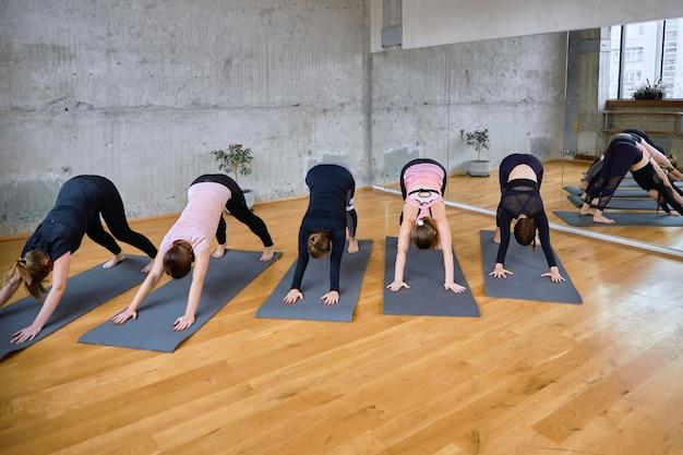 Grupo de mulheres praticando no salão.