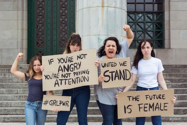 Grupo de mulheres protestando juntas na manifestação