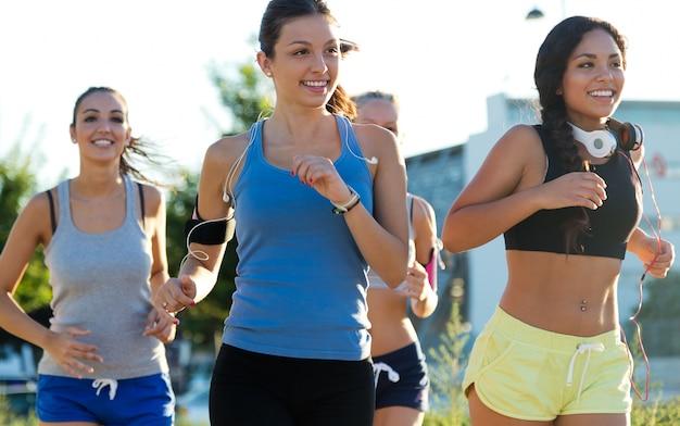 Grupo de mulheres que correm no parque.