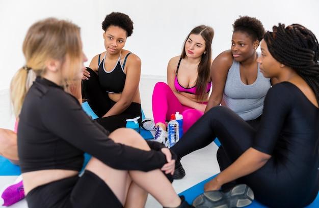 Grupo de mulheres relaxantes depois do treino