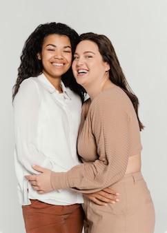 Grupo de mulheres se abraçando