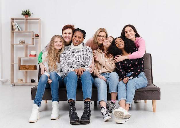 Grupo de mulheres se divertindo juntos