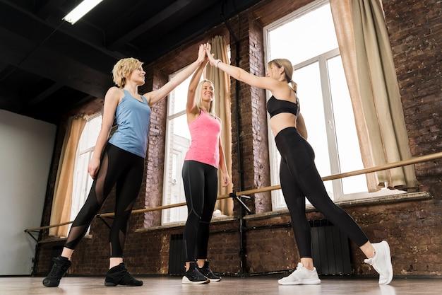 Grupo de mulheres se preparando para exercer