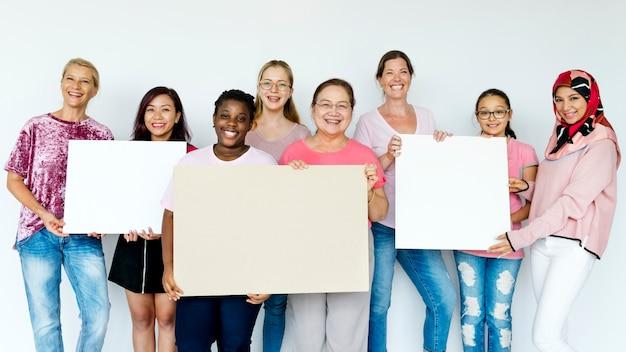 Grupo de mulheres segurando placas