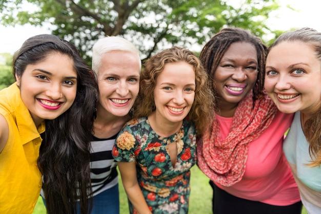 Grupo de mulheres socializar o conceito de felicidade de trabalho em equipe