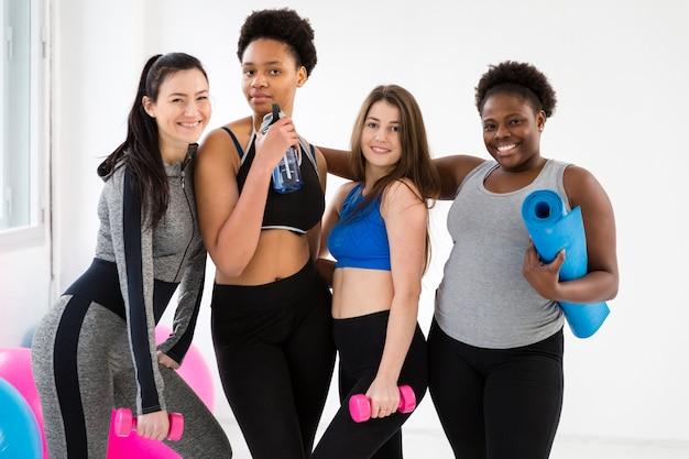 Grupo de mulheres tendo aula de fitness