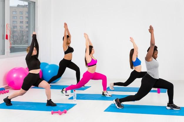 Grupo de mulheres trabalhando na aula de fitness