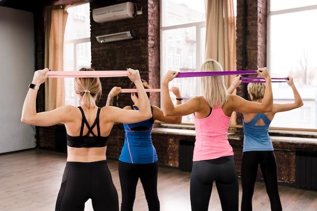 Grupo de mulheres treinando juntos na academia
