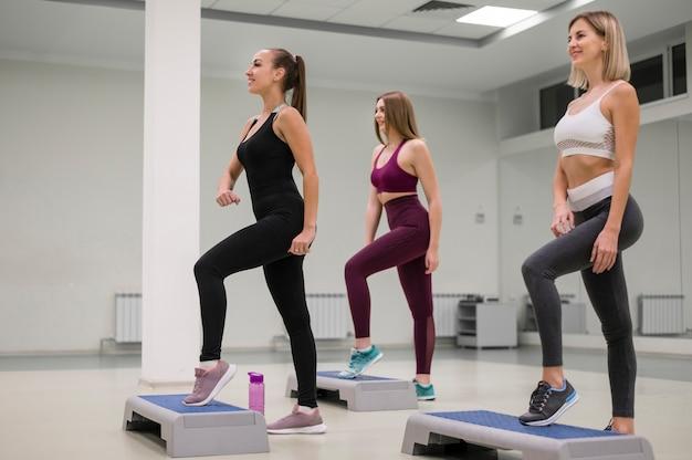 Grupo de mulheres treinando juntos