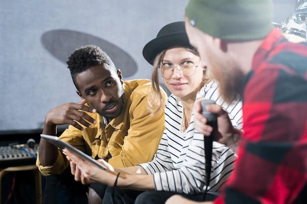 Grupo de músicos criativos em estúdio