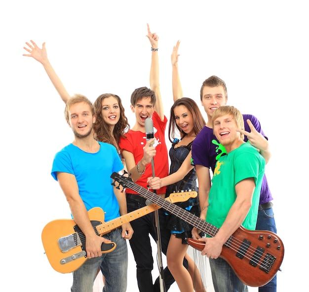 Grupo de músicos tocando instrumentos musicais em um show isolado no fundo branco