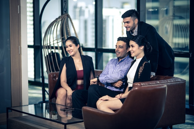 Grupo de negócios bem sucedido, celebrando na sala de reunião