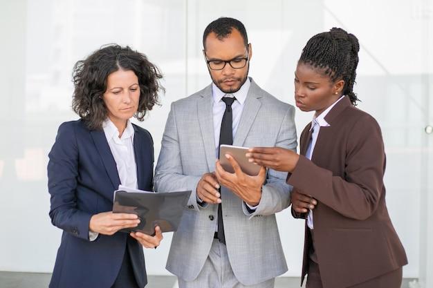Grupo de negócios focado estudando o relatório