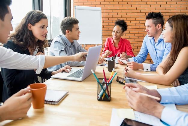 Grupo de negócios multiétnico brainstorming e discutindo o projeto na sala de reuniões