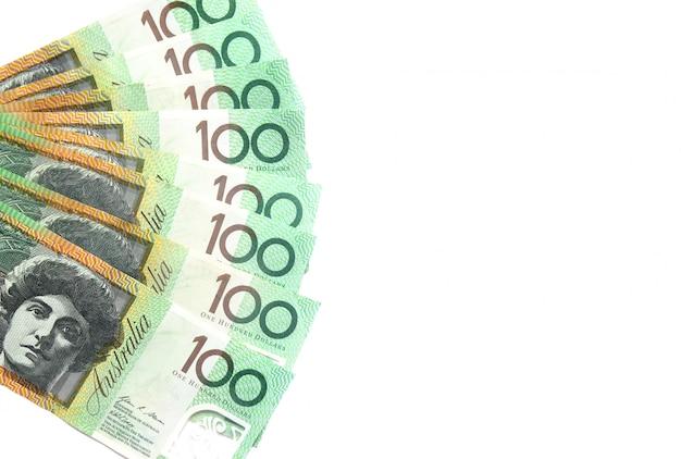 Grupo de notas australiano de 100 dólares em fundo branco tem espaço de cópia para colocar o texto