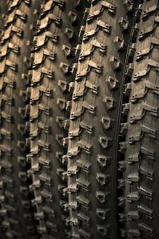 Grupo de novos pneus de bicicleta. pneus de borracha fecham. pneus de bicicleta com o mesmo padrão de banda de rodagem.
