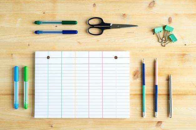 Grupo de objetos para fins educacionais ou para gerente de escritório em cima de mesa de madeira