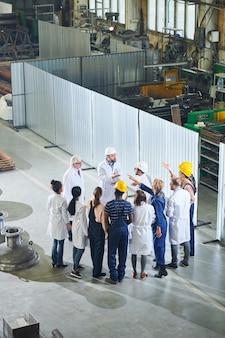 Grupo de operários reunidos com a gerência