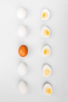 Grupo de ovos crus brancos e marrons.