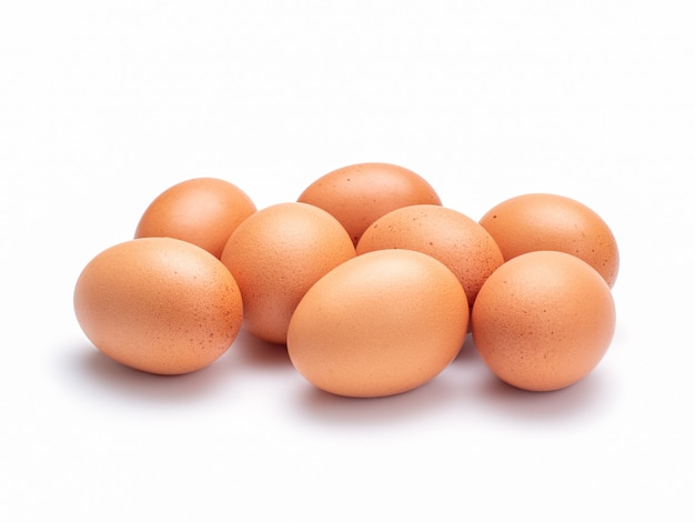 Grupo de ovos da galinha isolados na parede branca com trajeto de grampeamento.