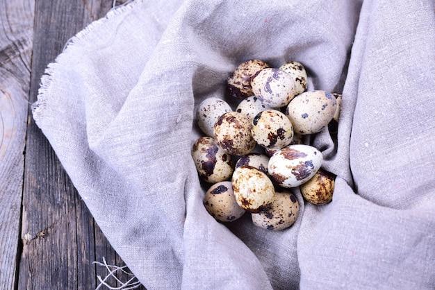 Grupo de ovos de codorna em um guardanapo têxtil cinza